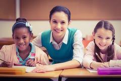 Allievi d'aiuto dell'insegnante durante la classe Fotografia Stock
