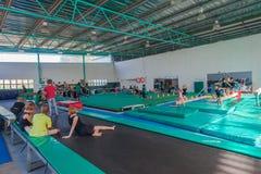Allievi d'istruzione della palestra di ginnastica Fotografia Stock Libera da Diritti