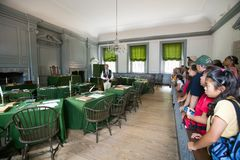 Allievi degli Stati Uniti nella stanza dell'Assemblea in cui la dichiarazione di indipendenza e la costituzione degli Stati Uniti Immagini Stock Libere da Diritti