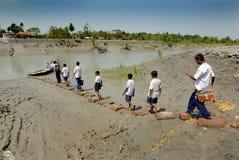 Allievi del banco al villaggio indiano Immagini Stock