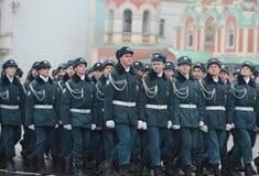 Allievi del corpo del cadetto di EMERCOM nella parata sul quadrato rosso Fotografia Stock