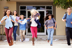 Allievi della High School che celebrano conclusione del termine Fotografie Stock Libere da Diritti