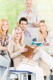 Allievi della High School con il professore maturo Immagini Stock