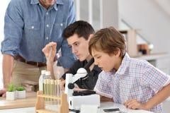 Allievi della scuola alla classe di chimica Fotografia Stock