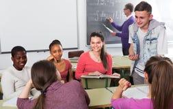 Allievi della scuola che prendono un resto Immagine Stock Libera da Diritti