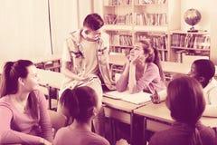 Allievi della scuola che prendono un resto Fotografia Stock Libera da Diritti