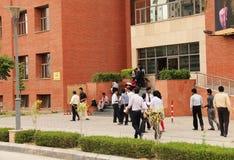 Allievi della scuola di commercio che appendono fuori Fotografia Stock Libera da Diritti