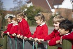 Allievi della scuola elementare su attrezzatura rampicante Immagini Stock Libere da Diritti