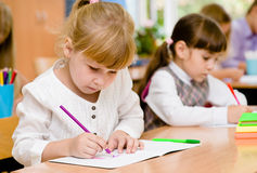 Allievi della scuola primaria durante l'esame Immagini Stock