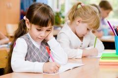 Allievi della scuola primaria durante l'esame Fotografie Stock