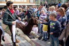 Allievi di dramma vestiti come i cavalieri e cavalli Immagini Stock Libere da Diritti