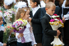 Allievi di prima categoria con i fiori Tjumen' Fotografie Stock Libere da Diritti