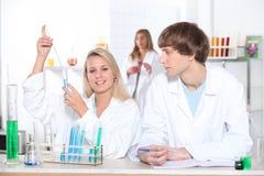 Allievi di scienza in laboratorio Fotografie Stock Libere da Diritti