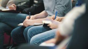 Allievi e studenti - ascoltando alla conferenza o alla presentazione, officina, classe matrice - note e penne archivi video