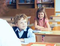Allievi ed insegnante in aula nella scuola elementare Inizio dell'anno scolastico Fotografie Stock