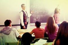 Allievi ed insegnante nel codice categoria Immagine Stock Libera da Diritti