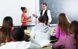Allievi ed insegnante nel codice categoria Immagini Stock Libere da Diritti