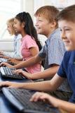 Allievi elementari nella classe del computer Fotografia Stock