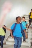 Allievi felici che camminano giù le scale Fotografie Stock