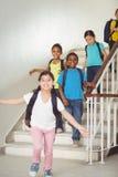 Allievi felici che camminano giù le scale Immagine Stock