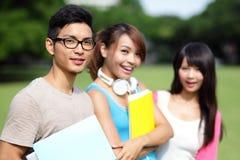 allievi felici dell'istituto universitario Immagini Stock Libere da Diritti