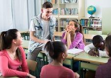 Allievi felici della scuola che prendono un resto Immagine Stock