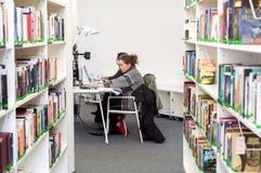 Allievi femminili alla libreria Fotografia Stock Libera da Diritti