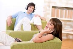 Allievi - gli adolescenti felici ascoltano musica Immagine Stock