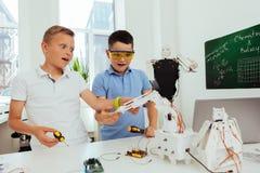 Allievi intelligenti curiosi che lavorano ad un progetto Fotografia Stock