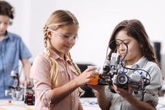 Allievi inventivi che eseguono esperimento di scienza alla scuola Fotografie Stock
