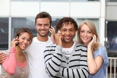 Allievi in istituto universitario con il telefono Immagini Stock Libere da Diritti