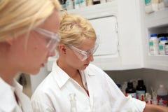 Allievi in laboratorio Immagini Stock