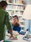 Allievi in libreria Fotografie Stock Libere da Diritti