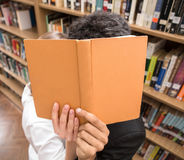 Allievi in libreria Fotografia Stock Libera da Diritti