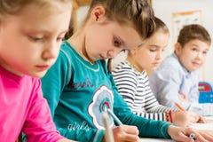 Allievi minori che disegnano con gli evidenziatori Fotografie Stock