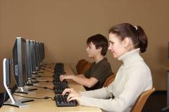 Allievi nel laboratorio del calcolatore Immagine Stock Libera da Diritti