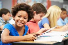 Allievi nella classe facendo uso della compressa di Digital Fotografia Stock
