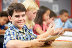 Allievi nella classe facendo uso della compressa di Digital Immagini Stock