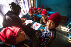 Allievi nella classe inglese durante la preparazione del Natale alla scuola primaria Fotografia Stock