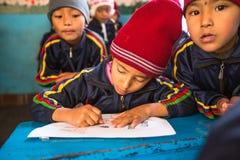 Allievi nella classe inglese durante la preparazione del Natale alla scuola primaria, a Kathmandu, il Nepal Immagini Stock Libere da Diritti