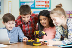 Allievi nella lezione di scienza che studiano robotica Fotografie Stock