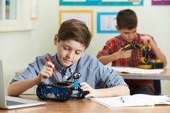 Allievi nella lezione di scienza che studiano robotica Fotografia Stock