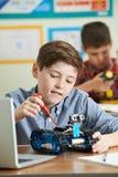 Allievi nella lezione di scienza che studiano robotica Immagini Stock Libere da Diritti