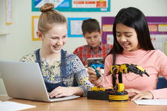 Allievi nella lezione di scienza che studiano robotica Immagini Stock