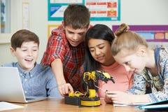 Allievi nella lezione di scienza che studiano robotica Immagine Stock