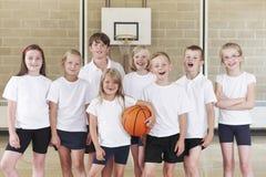 Allievi nella squadra di pallacanestro della scuola elementare Fotografia Stock