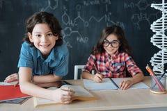 Allievi ottimisti che studiano le lingue straniere alla scuola Fotografia Stock Libera da Diritti
