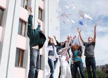 Allievi per completare anno accademico Immagine Stock