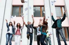 Allievi per completare anno accademico Immagini Stock Libere da Diritti