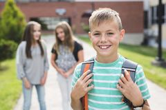 allievi Pre-teenager della scuola fuori dell'aula Immagine Stock Libera da Diritti